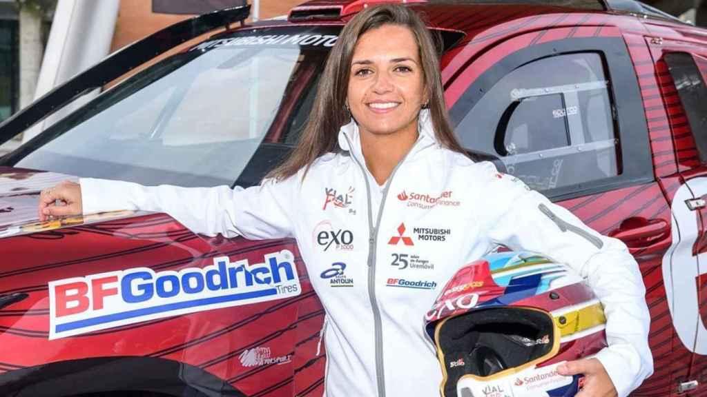 Cristina Gutiérrez posa junto a su coche