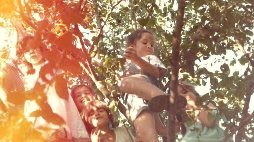 Rebeca, a la derecha, subida a un árbol con sus hermanos.