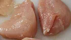 Unas pechugas de pollo listas para echarlas a la sartén.