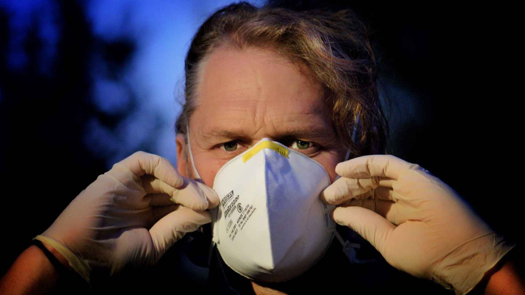 Un ciudadano se pone una mascarilla para evitar contagios.