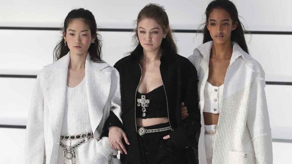Modelos en el Grand Palais de París desfilando para Chanel.