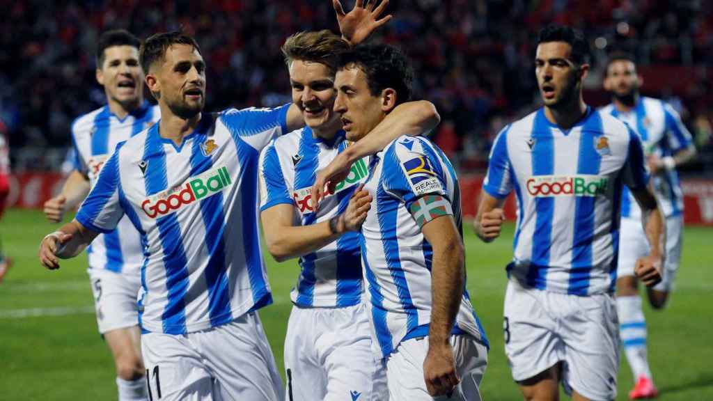 Los jugadores de la Real Sociedad celebran el gol de Oyarzabal de penalti
