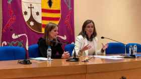 Carmen Fúnez (d) durante su conferencia de Malagón