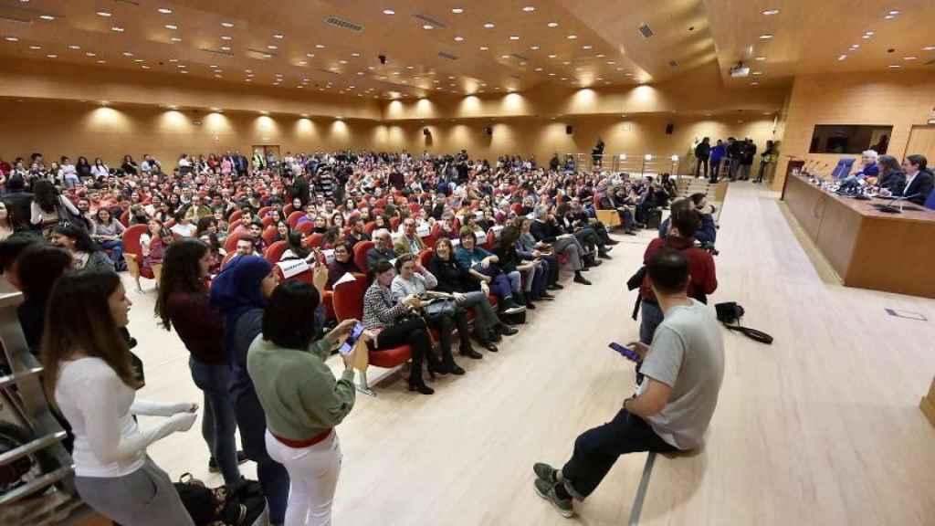 El salón de actos de la Facultad de Ciencia Política y Sociología de la UCM, lleno para escuchar a Pablo Iglesias.