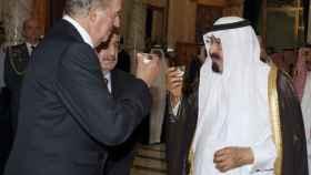 El rey Juan Carlos y el rey de Arabia, Abdullah Bin Abdulaziz, toman una taza de té en el palacio real en Yeda