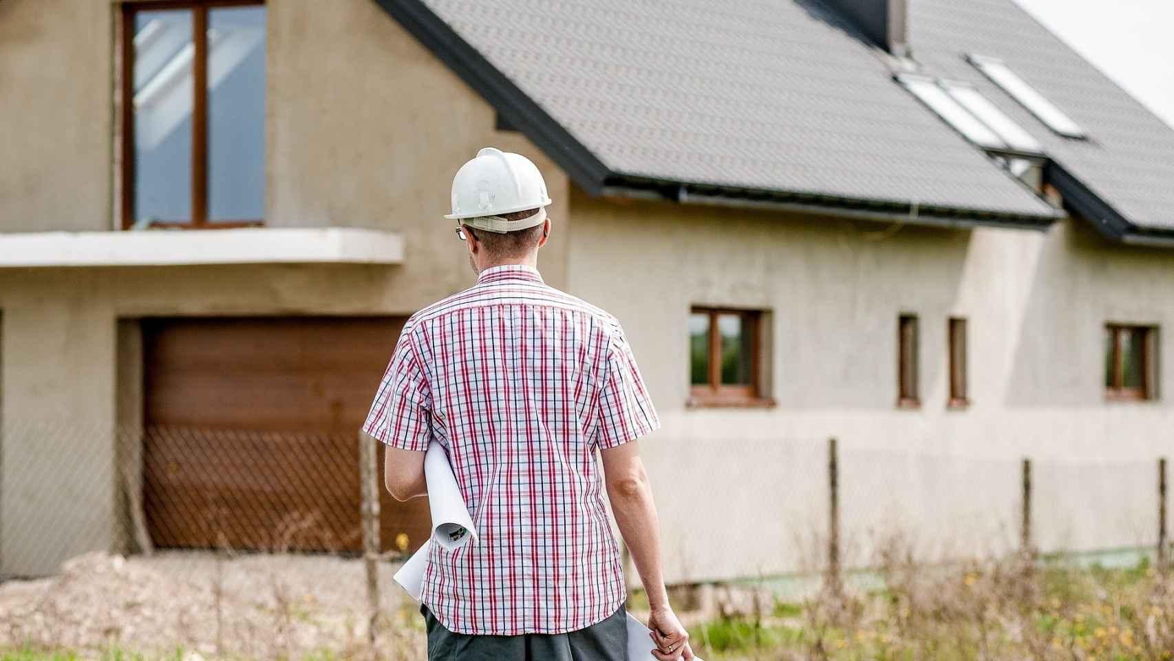 Un arquitecto revisando un residencial de nueva construcción.