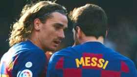 Antoine Griezmann y Leo Messi durante un partido.