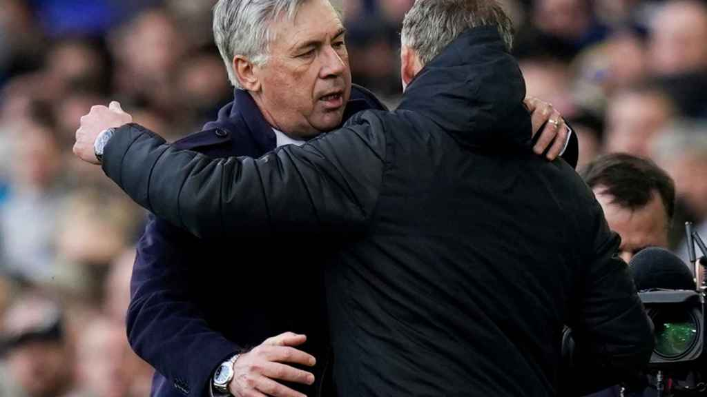 Carlo Ancelotti y Ole Gunnar Solksjaer se saludan antes del Everton - Manchester United