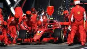 El equipo de Ferrari atendiendo al piloto.