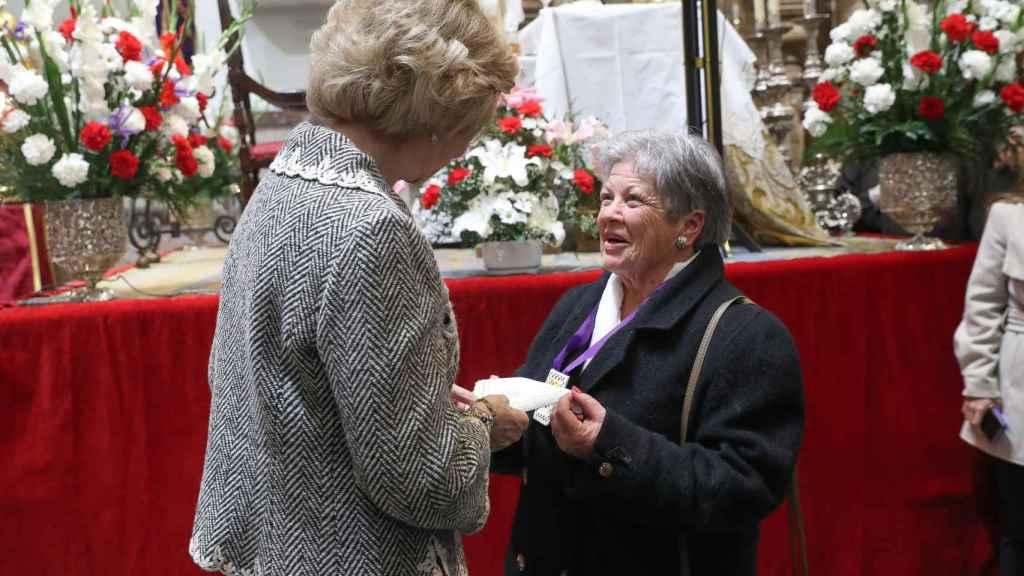 Una voluntaria de la hermandad le ha regalado un pañuelo blanco a la reina Sofía.