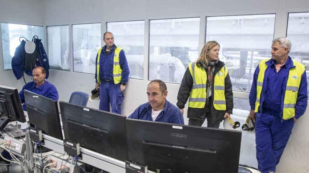 Victoria Plantalamor junto a uno de los encargados de la mina, Marce, en la sala de control de la planta.