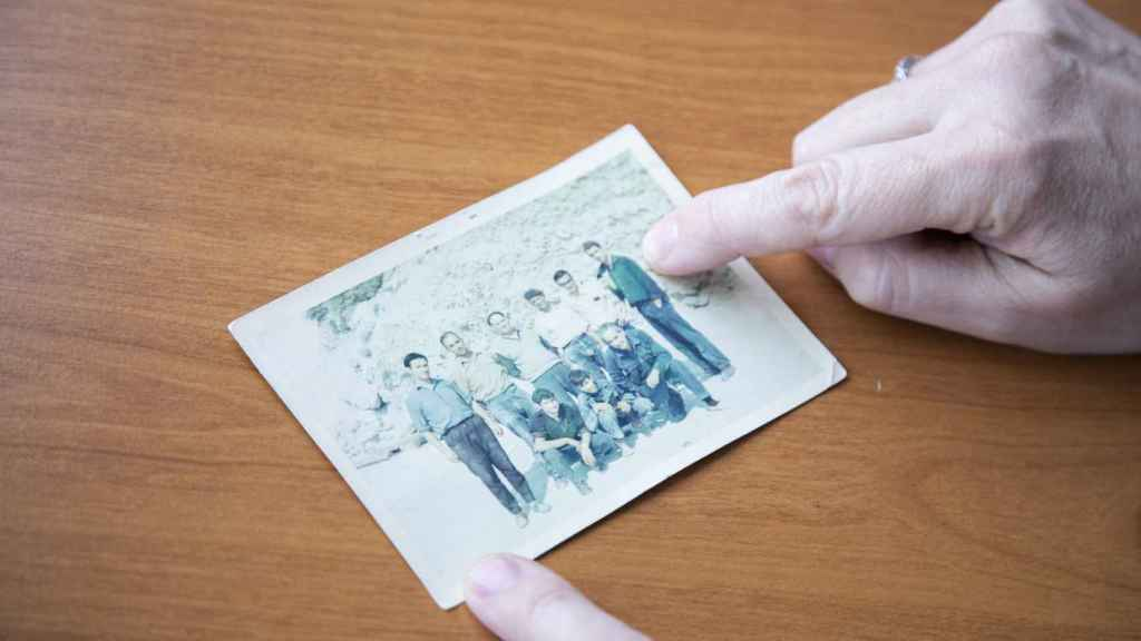Foto del padre de Victoria (primero por la derecha arriba) y su abuelo (primero por la derecha abajo), junto a trabajadores de la mina.