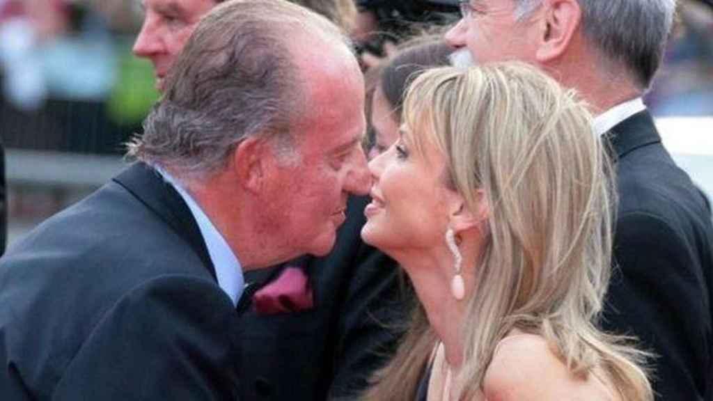El rey emérito, Juan Carlos, saluda a Corinna zu Sayn-Wittgenstein.