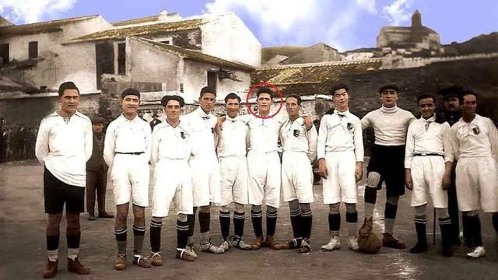 Once del Vélez CF en 1922. En el centro, Anita Carmona, que jugaba bajo el pseudónimo 'Veleta'.