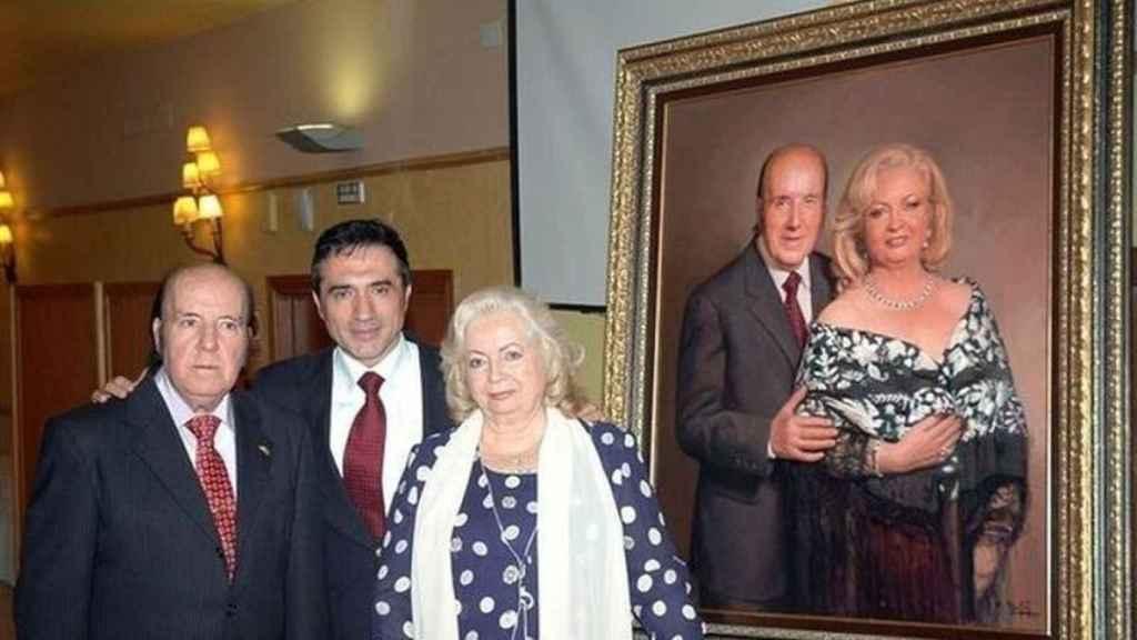 Antonio Montiel junto a Chiquito y Pepita y el cuadro que les pintó por sus 50 años casados.