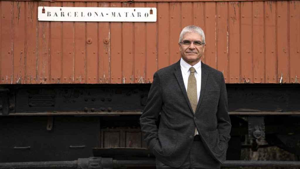 Isaías Táboas, presidente de Renfe junto a un tren antiguo de la compañía.