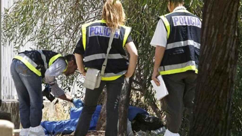 La Policía Científica en plenas labores dentro de la escena del crimen.