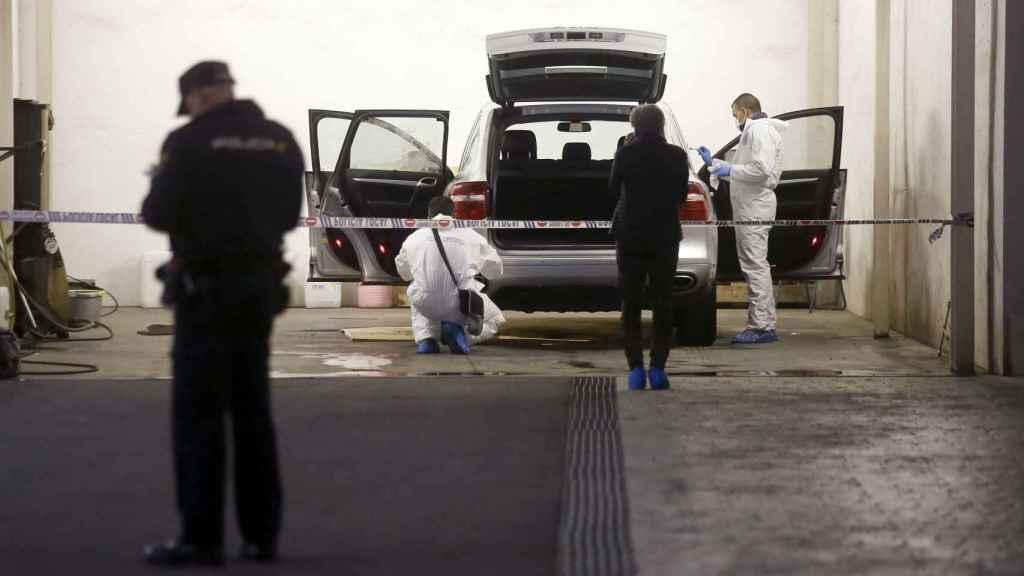 La Policía Científica registra el vehículo en el que fue asesinada la viuda del expresidente de la Cam  en 2017.