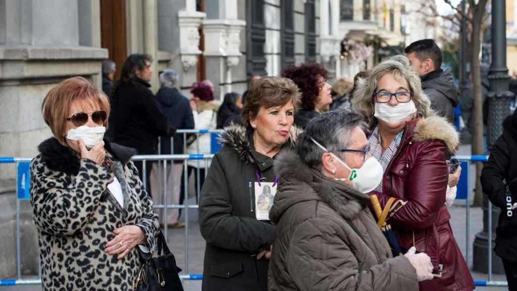 Un grupo de mujeres protegidas con mascarillas en Madrid.