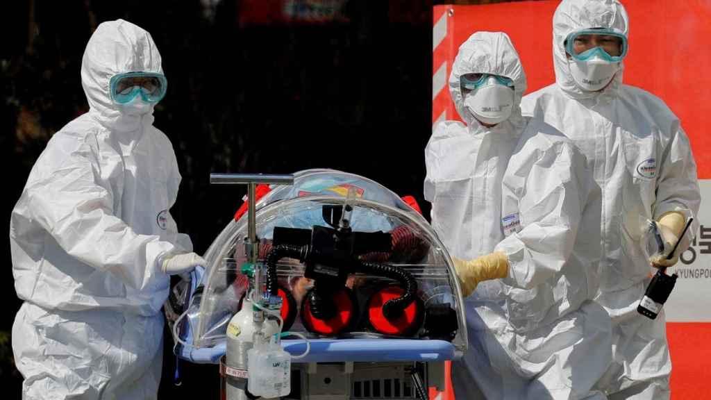 Dos médicos trasladan a un paciente grave por COVID-19