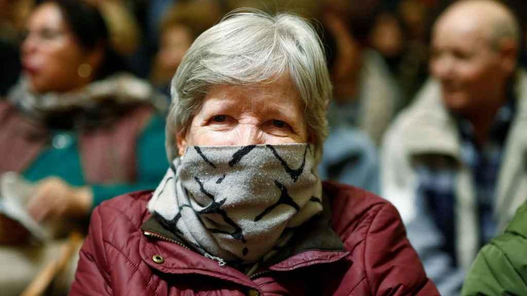 Una mujer esta mañana en el 'besamanos' del Cristo de Medinacelli, en Madrid.