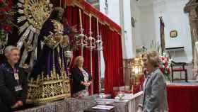 La reina Sofía visitando al Cristo de Medinaceli.