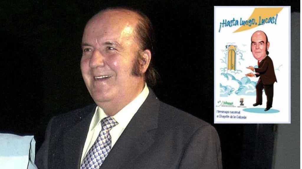 Chiquito de la Calzada junto a la portada de su libro en montaje JALEOS.