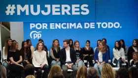 Pablo Casado, rodeado de mujeres en uno de los actos centrales del PP por el  8-M.