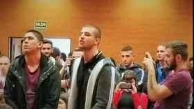 César Fernández, de las Juventudes del Frente Obrero, en el centro, durante el escrache a Iglesias.