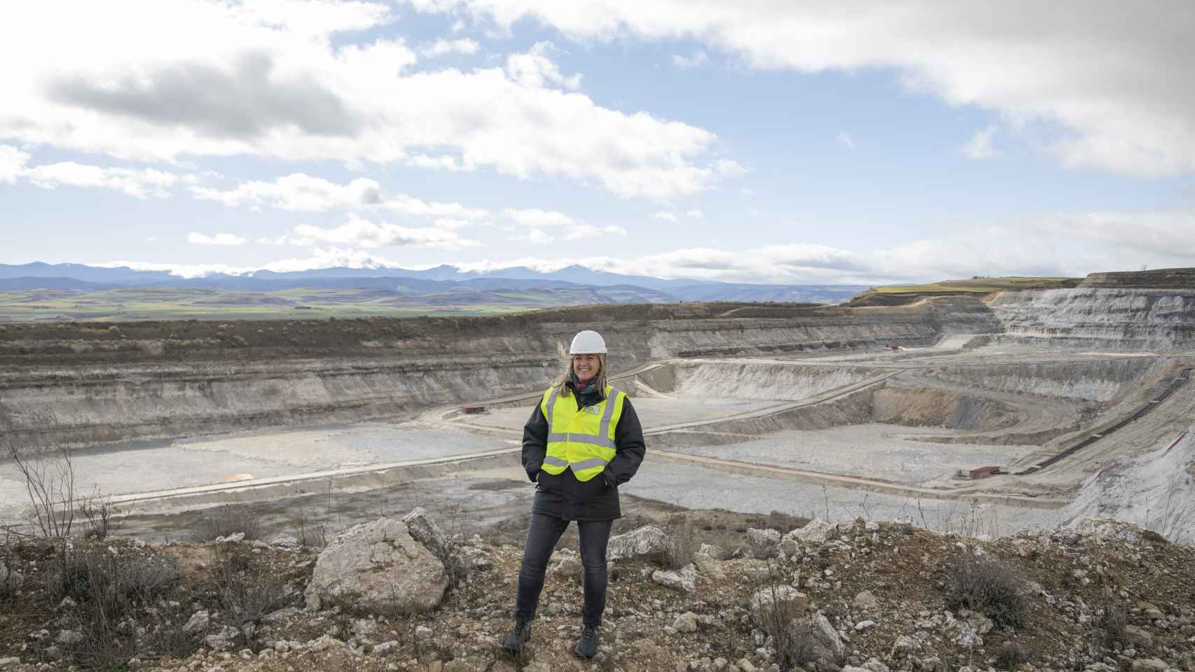 Victoria Plantalamor, en una de las zonas donde se ve la extracción a cielo abierto de la mina en Cerezo de Tirón (Burgos).