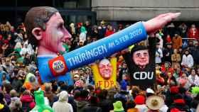 Un muñeco representando al líder de AfD en Turingia durante un desfile de Carnaval en Düsseldorf.