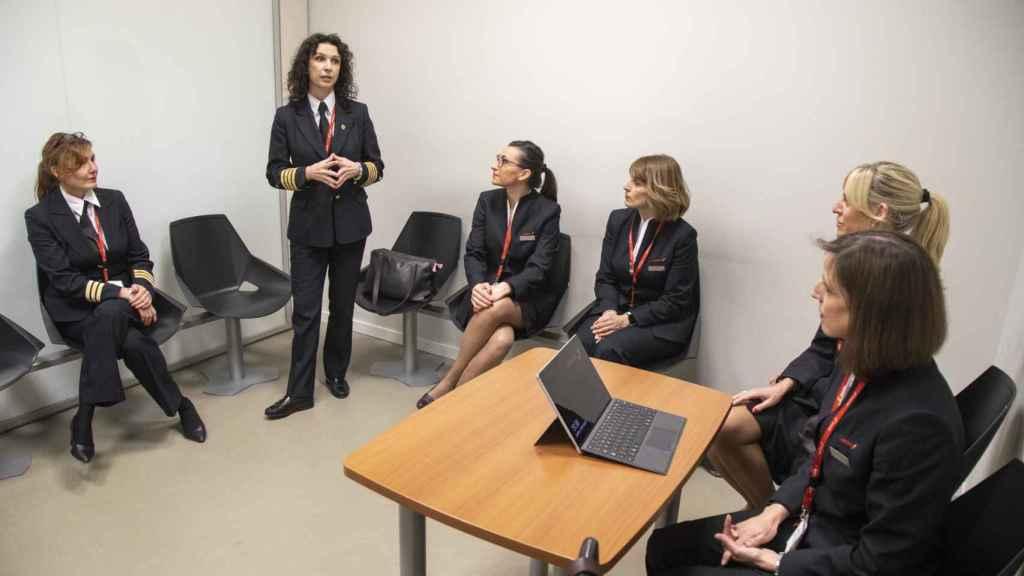 La comandante Marta Domínguez hace el briefing del vuelo en la sala de firmas.