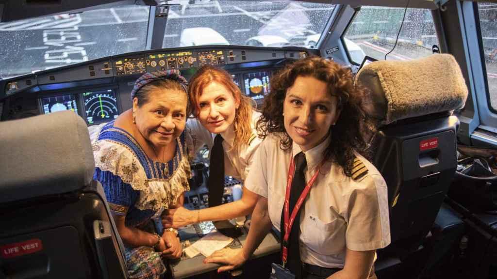 Rigoberta Menchú junto a la comandante y a la copiloto.