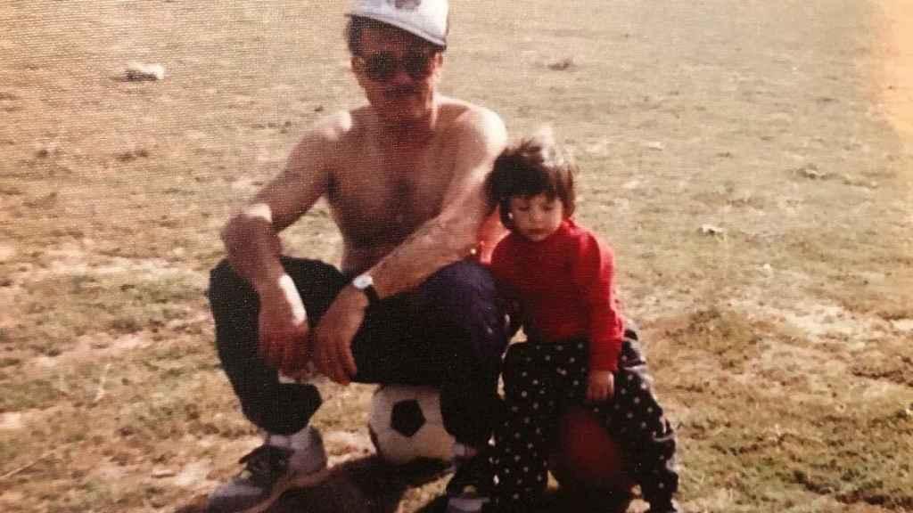 Jennifer Hermoso, en su infancia, junto a su abuelo.