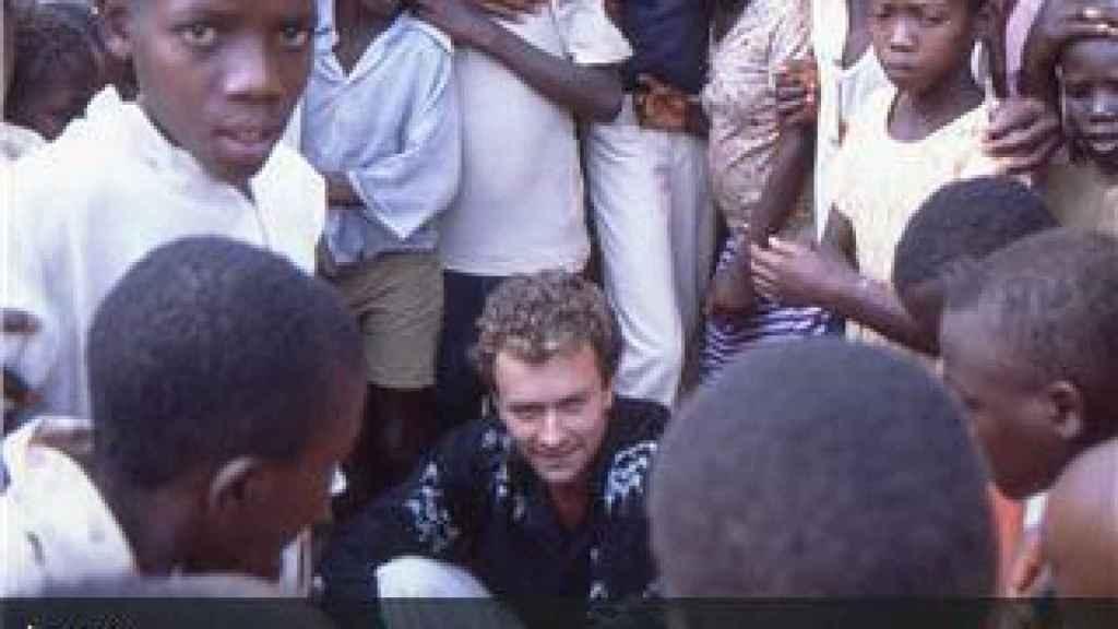 Fernando Simón rodeado de jóvenes en Burundi.