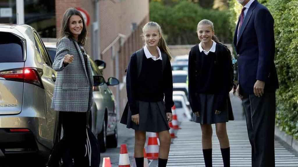 Los reyes acompañando a sus hijas en el primer día de clase.