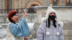 Turistas con mascarillas en la Plaza Roja de Moscú.