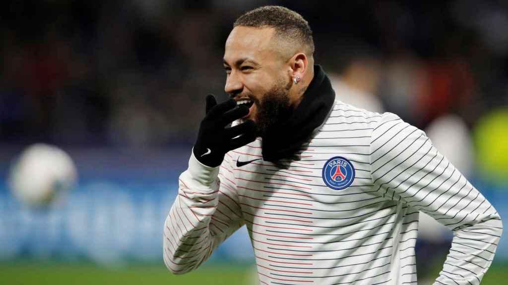 Neymar, en el calentamiento previo al partido contra el Olympique de Lyon