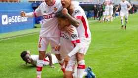 Los jugadores del Mallorca celebran el gol de Takefusa Kubo ante el Eibar