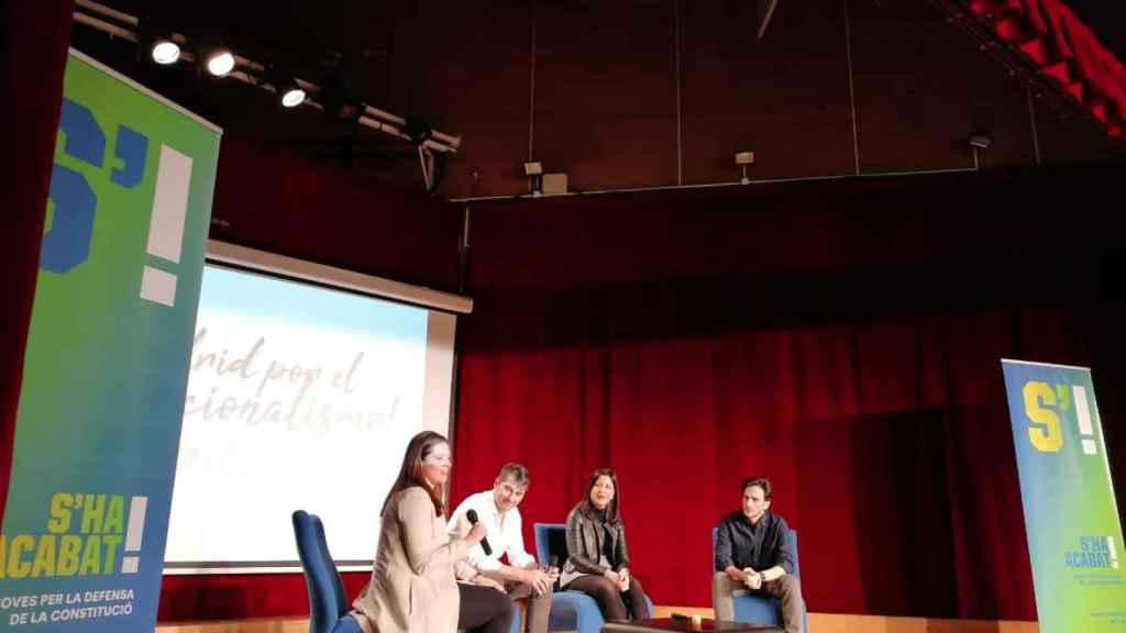 Irene González, Rafa Latorre, Guadalupe Sánchez y David Mejía participan en un acto de S'ha Acabat.