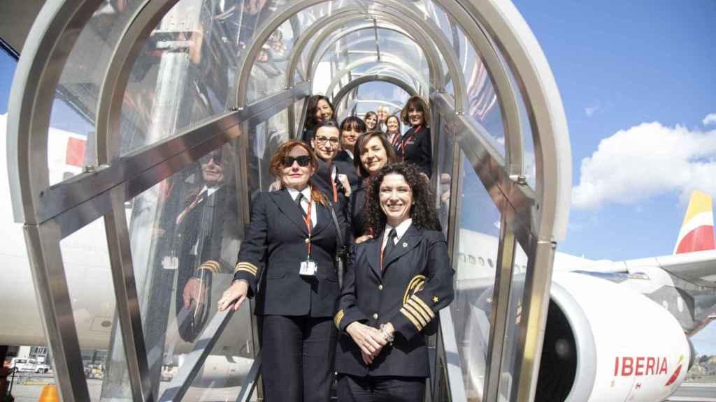 La tripulación al completo del avión, en la escalerilla de acceso.