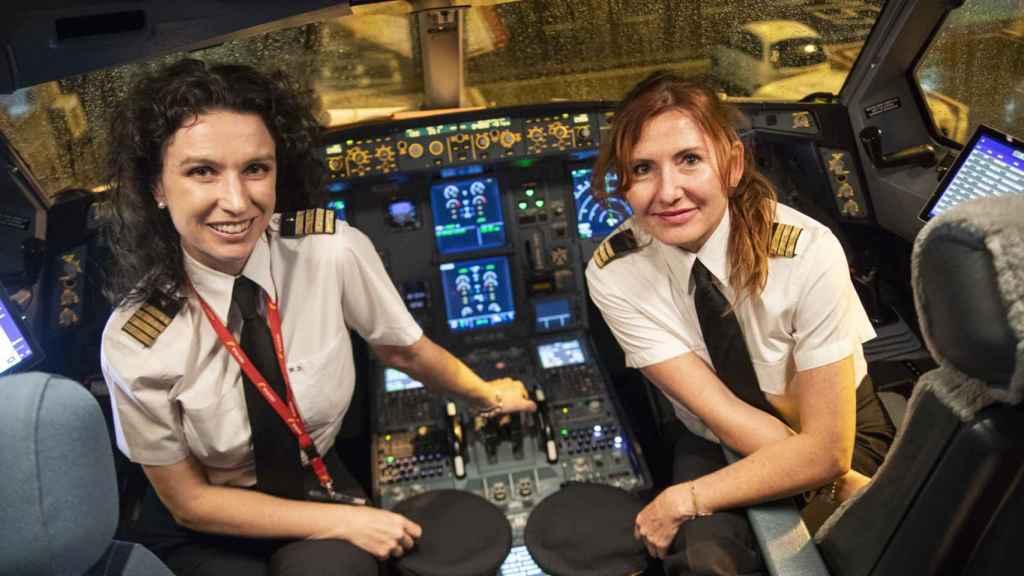 La comandante Marta Domínguez y la copiloto Mónica Fernández, en la cabina del IB3214.