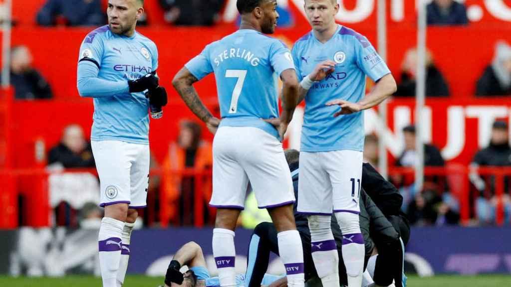 Los jugadores del Manchester City rodean a 'El Kun' Agüero