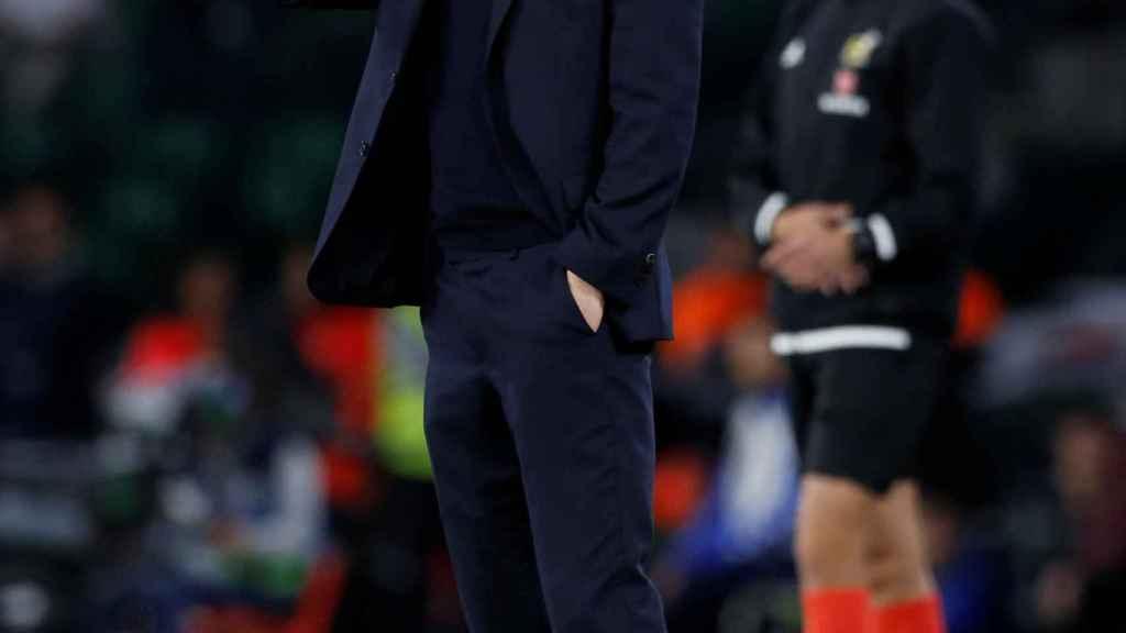 Zidane da órdenes a sus jugadores desde la banda del Benito Villamarín