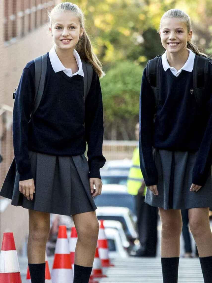 Leonor y Sofía, a las puertas de su colegio en septiembre.