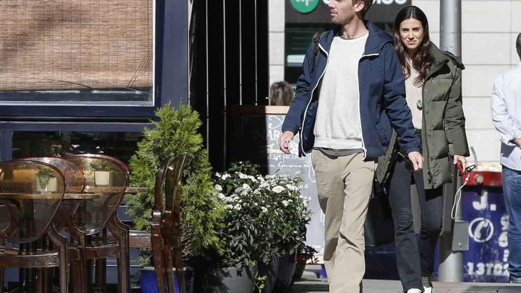 La pareja dando un paseo por las calles de Madrid donde residen actualmente.