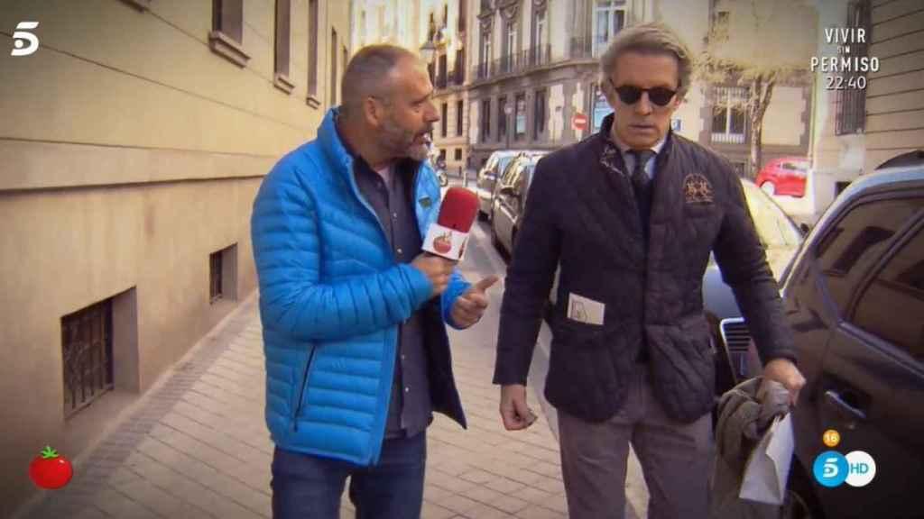 Alfonso Díez charlando con el reportero de 'Sálvame Tomate'.