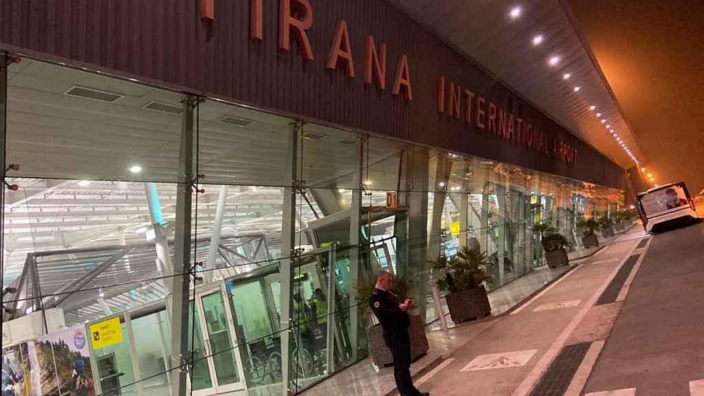 En Albania controlan la temperatura a los pasajeros que llegan al aeropuerto. En Barcelona, no.