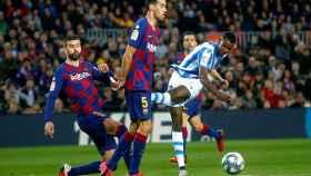 Gerard Piqué, junto a Sergio Busquets, tratan de frenar un disparo de Alexander Isak en el Barça - Real Sociedad