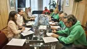 Pablo Iglesias, entre Ione Belarra y Julio Rodríguez, reunido con los representantes de la PAH.